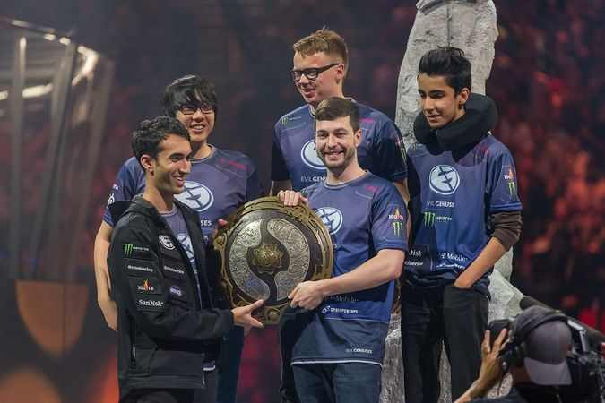 675px-Evil_Geniuses_with_the_Aegis_at_The_International_2015